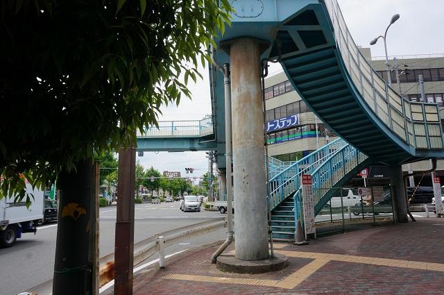 西駅前交差点歩道橋そばのLagoon