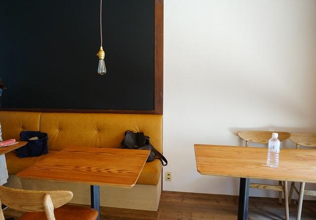 太陽とごはん店内テーブル席のほう