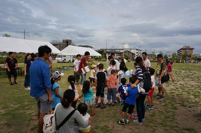防災運動会に子どもが集まる