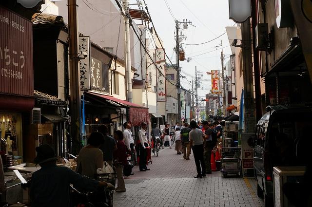 阪急本通商店街側からカフェレカのほう