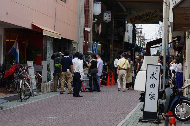 阪急本通商店街カフェレカ前で人だかり