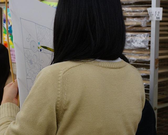 着物プロジェクト生徒の色塗り作業1DSC02090