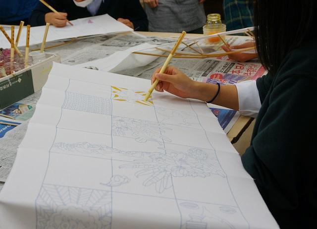 着物プロジェクト生徒の色塗り作業5DSC02100