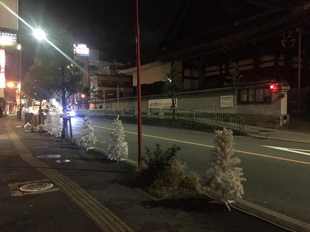 阪急茨木から中央通りにツリー設置IMG_4800