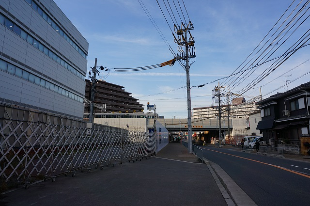 JR総持寺駅道路から線路を見るDSC02938