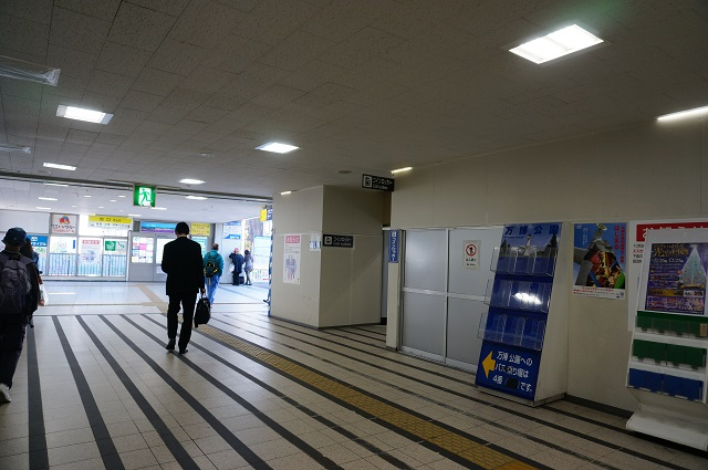 JR茨木改札から西コインロッカーのほうDSC0189311月11日