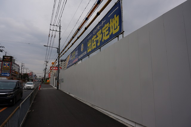4R171沿い工事の壁DSC03857
