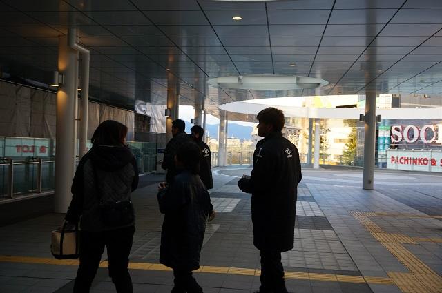 9ガンバ大阪選手とサポーターがチラシ配布DSC04395