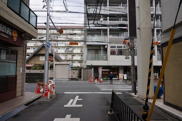 阪急東のほうの通りの信号から北を見るDSC04157