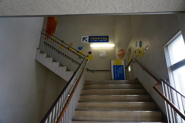 プラネタリウムへの階段DSC04510