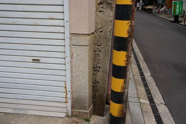 17阪急茨木本町本土通り商店街埋まってる石碑DSC05613