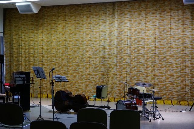 大池で昼ジャズコンサートの楽器DSC05527