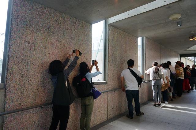 9アートツアー市役所壁でDSC06957