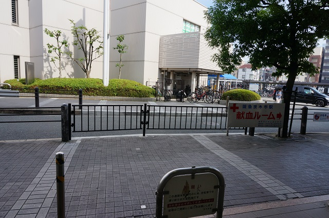 阪急茨木市駅歩道に柵DSC07643