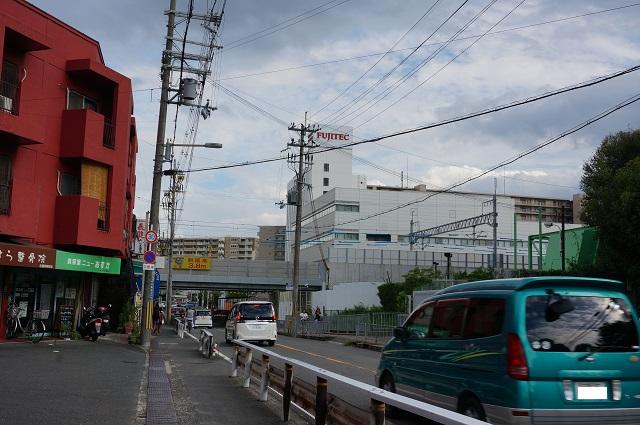 JR総持寺周辺工事線路の北側からDSC08384