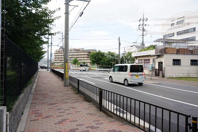 JR総持寺工事交番前道路風景DSC08380