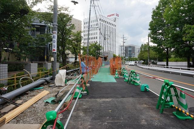 阪急のほうから総持寺交番のある交差点方向DSC08454