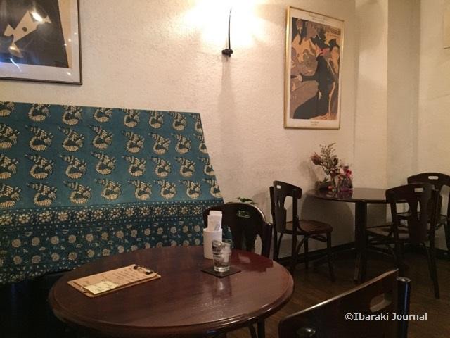 アルニコ店内の奥テーブル席IMG_0123