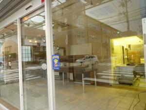 閉店した茨木市の大黒屋店内。何もない・・。
