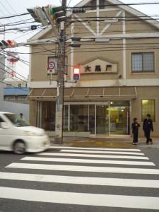 大阪府茨木市の大黒屋さん。夏に閉店したのですが、シャッターが開いていました!