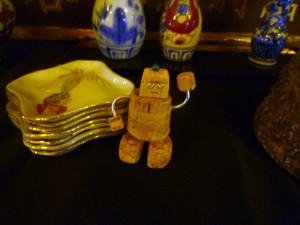 骨董のお皿とコルク人形