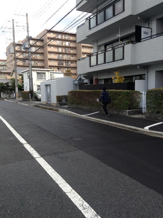 茨木市内でテレビロケのスタッフが走っています