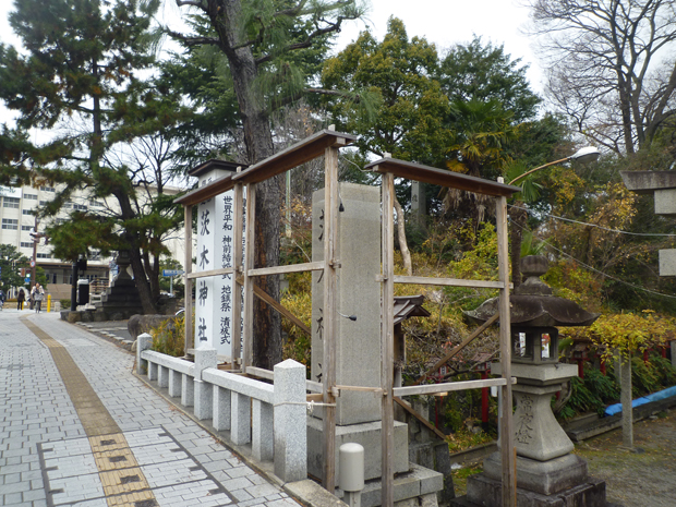 茨木神社正月前むかって左