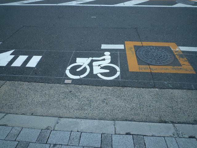 JR茨木駅東口から消防署への道に自転車マーク入りの通行レーン