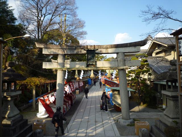 kk茨木神社正面31日の準備