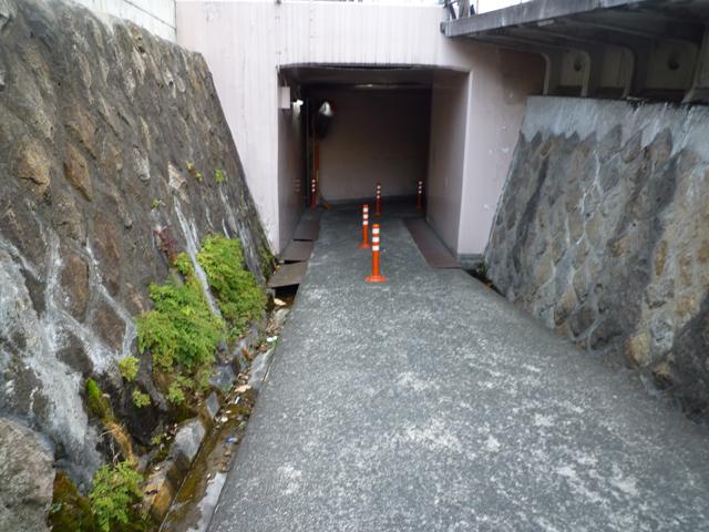 JR茨木駅高架の坂道にポ―ル