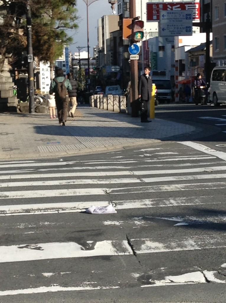 茨木市役所そばの交差点、道端にタオル