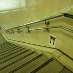 阪急茨木市駅の階段の鳥居2