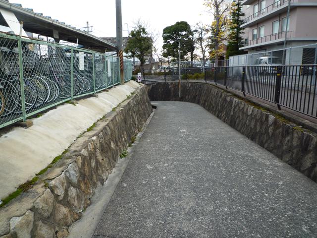 JR茨木駅の大阪寄り高架下の坂道