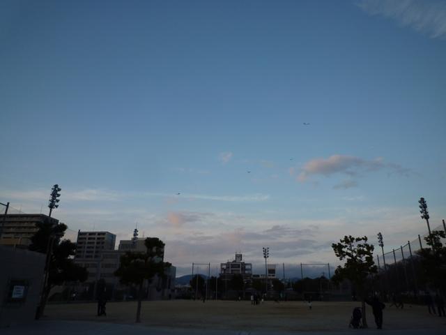 市民グラウンドで凧揚げ