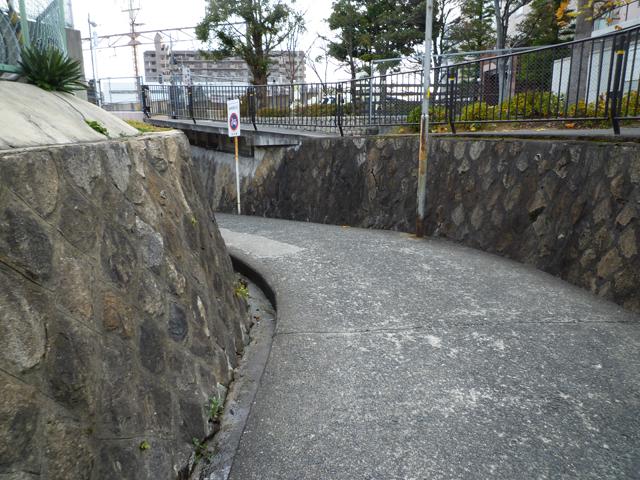 JR茨木駅の大阪寄りの高架下への坂道2