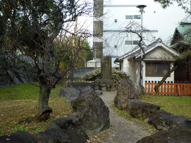 茨木神社の黒井の清水全景