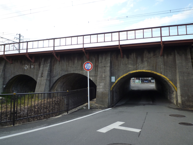 三つ並んだJR高架のトンネル