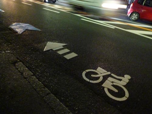 産業道路の自転車通行レーンのマーク