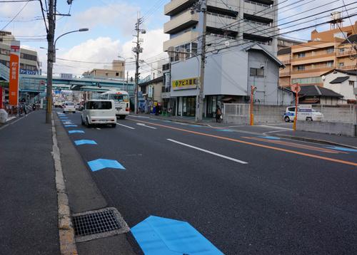 産業道路の自転車通行レーン交差点のほう
