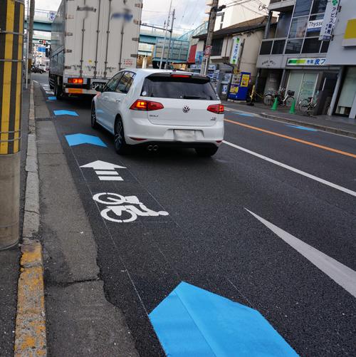 産業道路左折の車が自転車レーンに