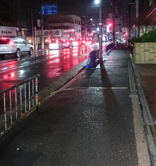 産業道路の青い光が雨の日だと