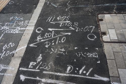 産業道路沿いの歩道の数字4