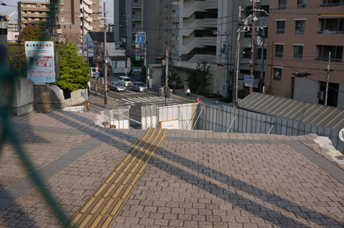 JR茨木駅東口通路はちぎれてる