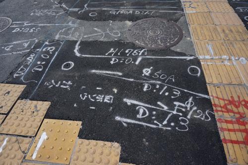 産業道路沿いの歩道の数字5