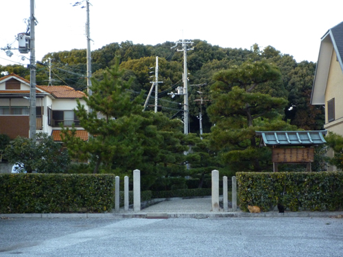 茶臼山古墳の入り口から