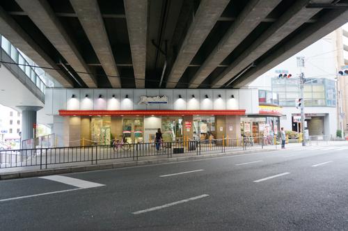 阪急レンタサイクルへはミスド交差点を渡る