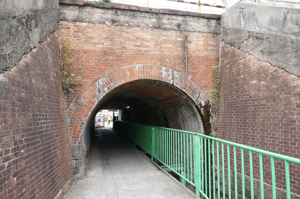 JR総持寺トンネル南側から