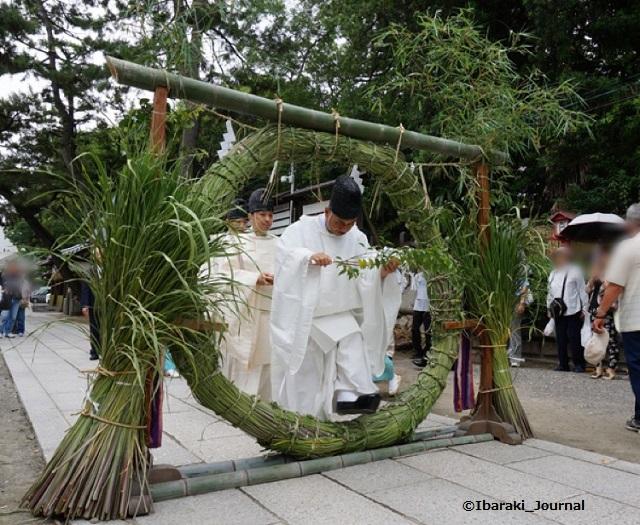 201406茅の輪神職の方がくぐる茨木神社で
