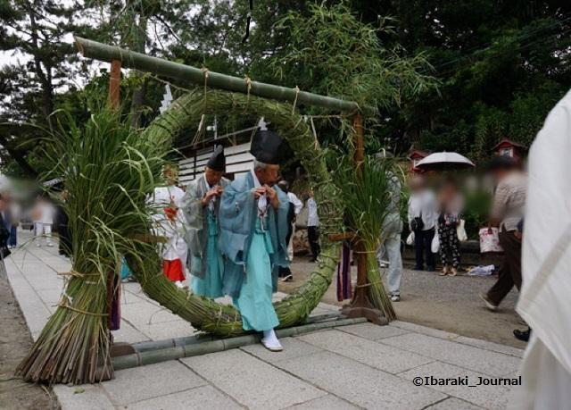 202006茅の輪くぐり雅楽の方がくぐる茨木神社で