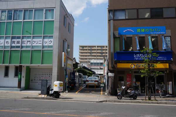 阪急本通そばの駐車場を道路から